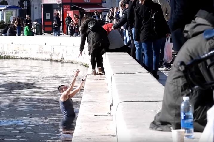 Mladić (29) koji se od razularene rulje spasio skokom u more / Screenshot / Slobodna Dalmacija