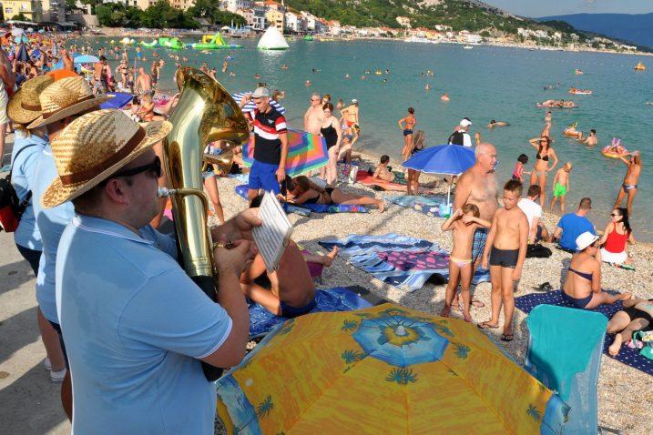 Bašćanske ribare ali i kupače na Valoj plaži svojim koračnicama razveselili puhači Limene glazbe Marinići / Snimio Mladen TRINAJSTIĆ