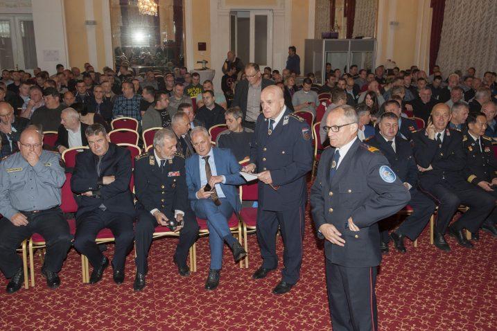 Predsjednik Hrvatske vatrogasne zajednice Ante Sanader (treći s desna) otvorio je skup / Snimio Marin ANIČIĆ
