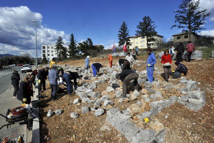 Građani uključeni u umjetnički projekt u kampusu / Snimio Damir ŠKOMRLJ