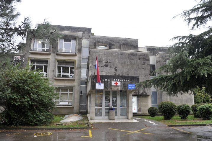 Zgrada Doma zdravlja Crikvenica izgrađena je 1977. pa energetska obnova uistinu stiže u pravom trenutku / Snimio Vedran KARUZA