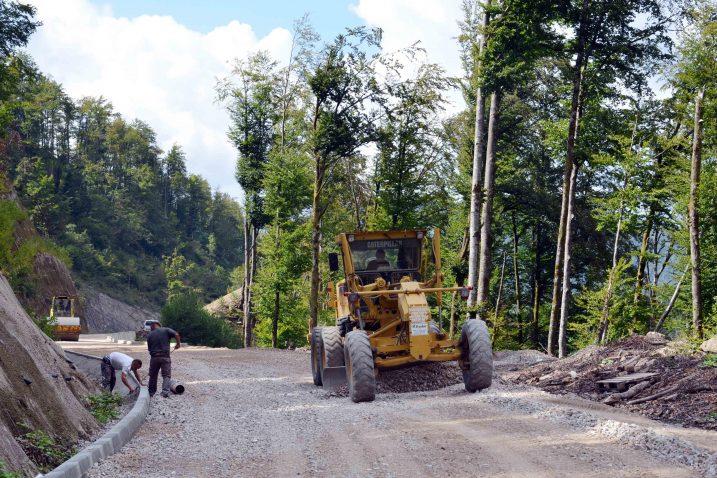 Postavljanje prvog asfaltnog sloja na cesti prema Lokvama / Snimio Marinko KRMPOTIĆ