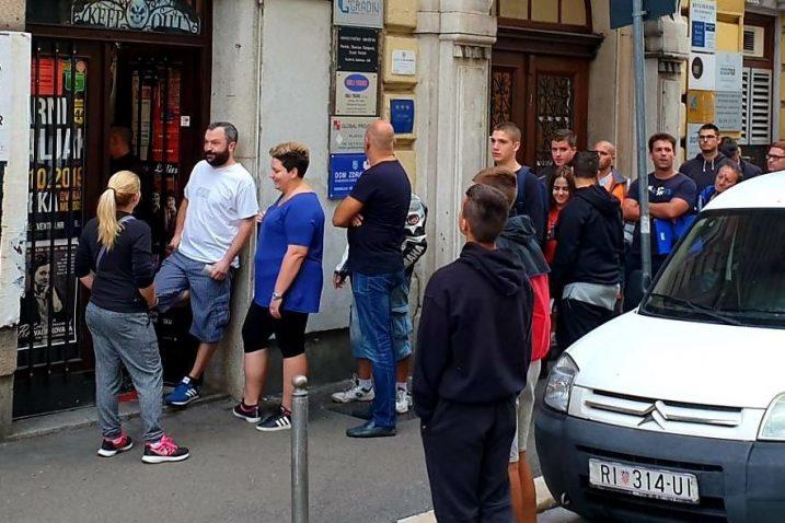 Ispred prodajnog mjesta u gradu od otvaranja vlada veliko zanimanje za ulaznice