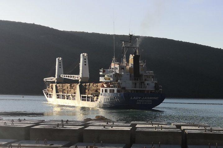Brod »Lady Jasmine« luku u Raši napustio je jučer u 17.15 sati / Snimio Vladimir MRVOŠ