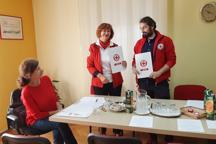 Kim Anić, Marija Vičić i Danijel Čakarić pri dogovoru o suradnji riječkog i travničkog Crvenog križa