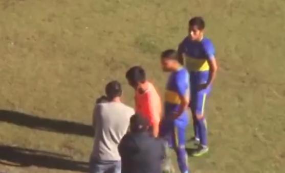 Sudac razgledava fotografije s fotoaparata kako bi odlučio o golu, u utakmici peruanskog kupa / Foto screenshot Twitter