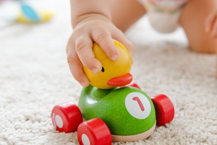 Od refleksnog hvatanja u prvim mjesecima, preko instinktivnog, beba postupno dolazi do namjernog hvatanja i držanja igračke