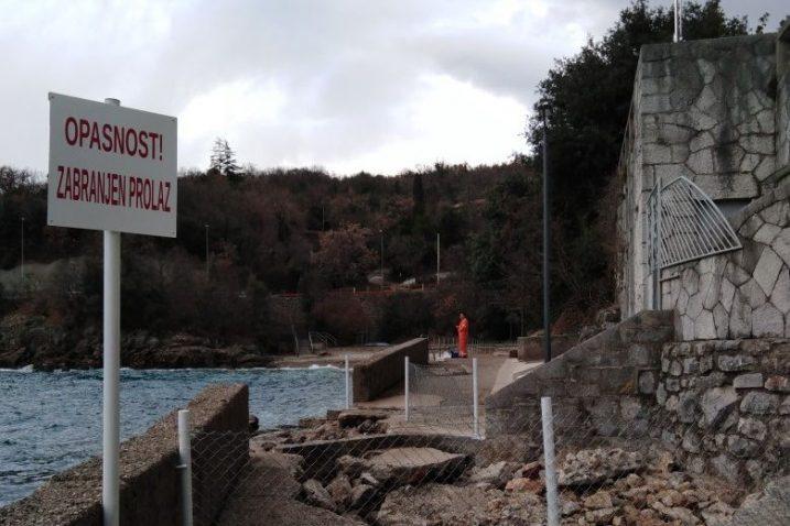 Primjerice na plaži S zavoj na Kantridi je podlokan obalni zid, a uz zid na stazi je nastala jama