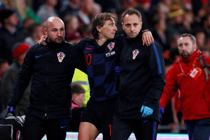 Luka Modrić ozlijedio se na samome kraju utakmice Hrvatske i Walesa/Foto REUTERS