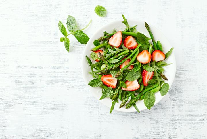 Salata od jagoda i šparoga/iStock