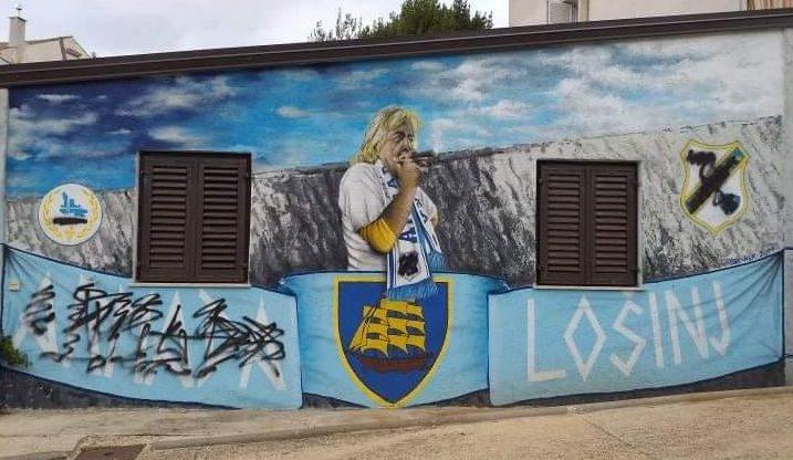 Grafit s likom pokojnog Karlovića nalazi se na njegovoj obiteljskoj kući