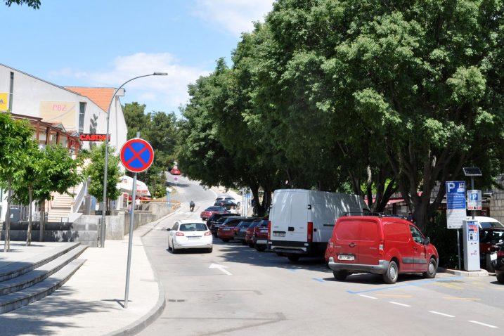 Izmijenjenim pravilima parkiranja u Ulici Stjepana Radića poboljšane su protočnost i sigurnost prometovanja / Snimio Mladen TRINAJSTIĆ