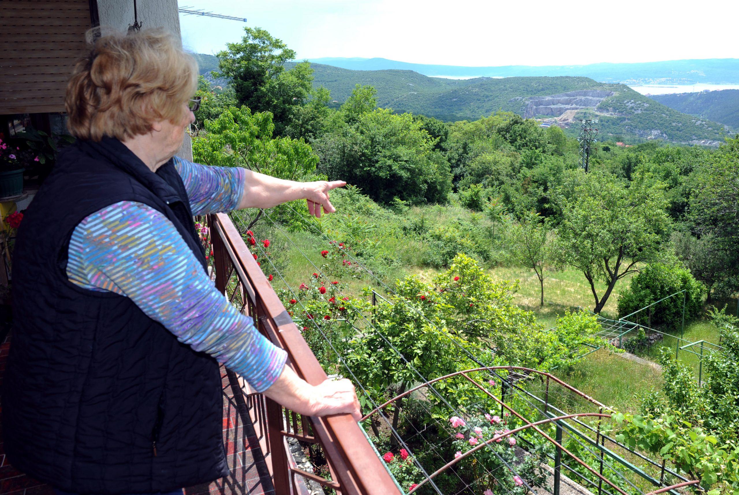 Zlatica Balas pokazuje vrt u kojem je na svijet došao »bambić« / Foto: M. GRACIN