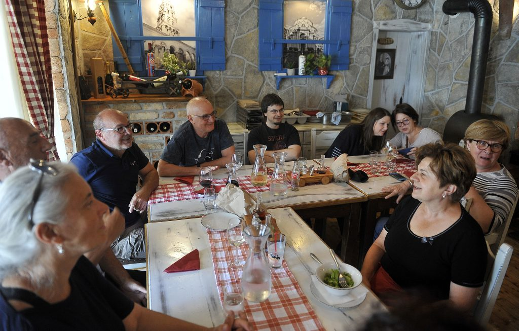 : Zadovoljno društvo u Karoci / Snimio Roni BRMALJ