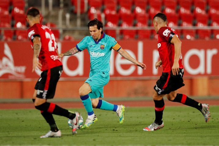 Leo Messi između Marija Budimira i suigrača iz Mallorce/Foto REUTERS
