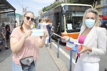 Glasnogovornica Autotroleja Kristina Prijić dijelia je maskice putnicima koji ih jučer nisu imali / Snimio Sergej DRECHSLER