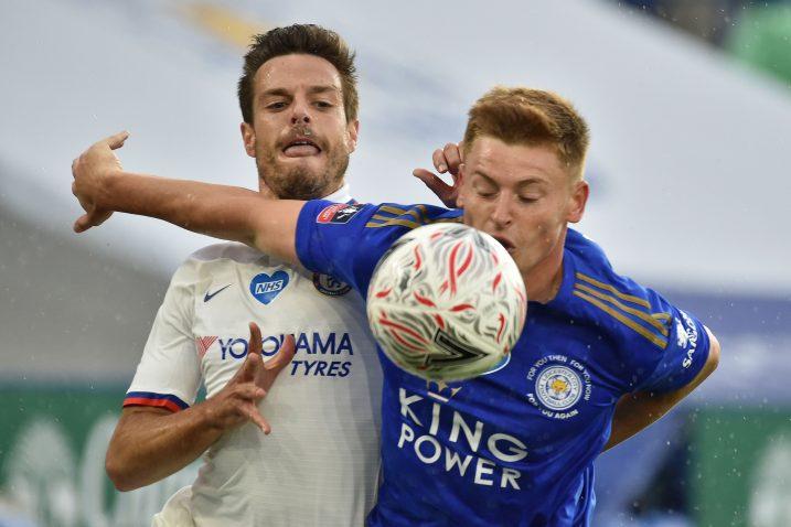 Cesar Azpilicueta (Chelsea) i Harvey Barnes (Leicester)/Foto REUTERS