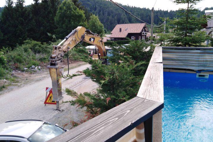 Pogled s bazena kuće Vincetić na strojeve / Foto : Z. VINCETIĆ
