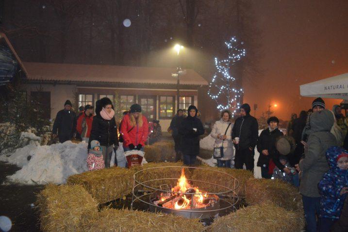 Selo Bake Mraz ukrasili su svojom pojavom vilenjaci i Baka Mraz, a ugostitelji su ponudili kuhano vino i druge delicije / Snimio Marinko KRMPOTIĆ