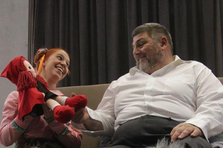 U hrvatskoj verziji Njega i Nju igraju Denis Brižić i Nika Ivančić