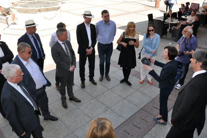 Zajednički snimak s domaćinima – veleposlanička ekipa jučer u Krku  / Snimio Mladen TRINAJSTIĆ