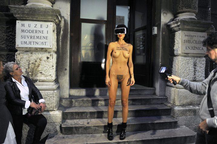 Gola performerice Milo Moiré na otvorenju novog MMSU-a u Rijeci / Foto Roni BRMALJ