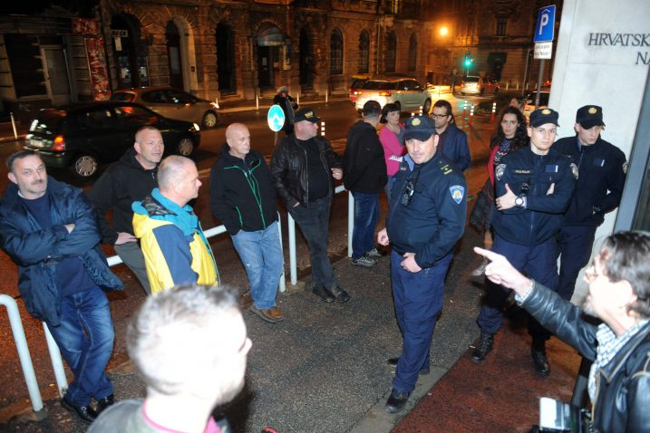 Zaštitari i policija angažirani su zbog mogućih incidenata, zato što je riječ o predstavi koja je u Poljskoj te BiH izazvala žestoke reakcije / Snimio Marko GRACIN