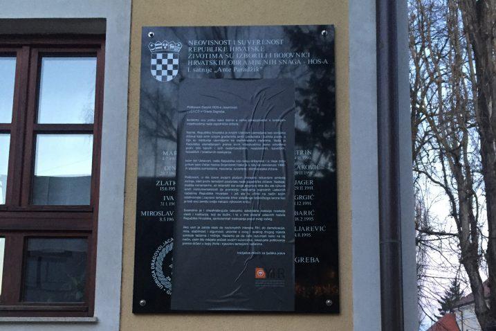 Mladi su ploču u Jasenovcu prelijepili porukom HOS-u