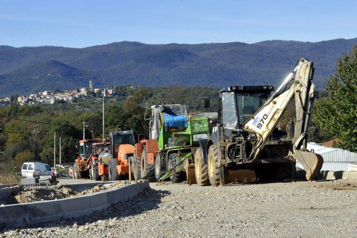 Strojevi parkirani kraj ceste, zarasli u živicu i grmlje govore u kakvom je rasulu gradilište  / snimio  S. JEŽINA