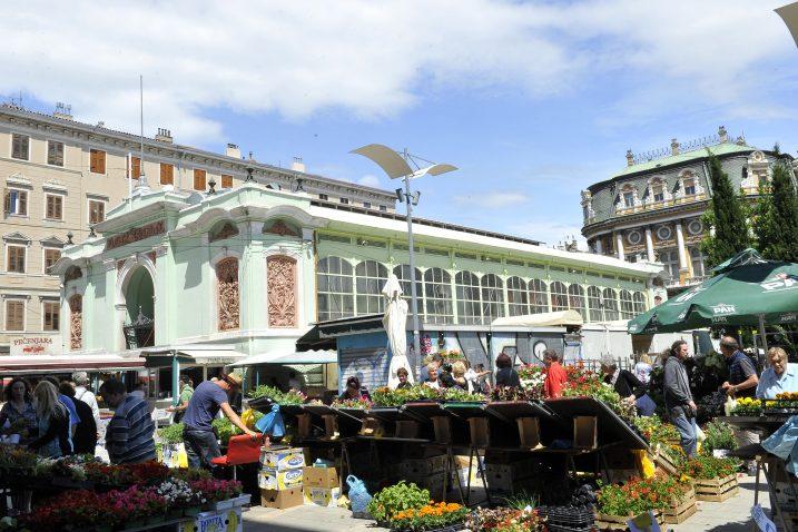 Zakupce na glavnoj riječkoj tržnici najmanje zanima kako će se Grad »raskupusati« s Franolićem, njima je samo bitno da rade / Foto Silvano JEŽINA