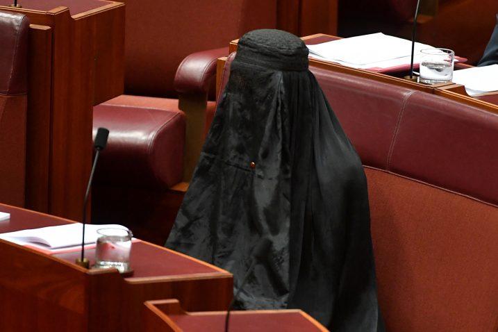 Pauline Hanson je sjedila na svom mjestu u parlamentu u crnoj burki dvadesetak minuta a zatim ju je skinula kako bi pozvala na zabranu njezina nošenja u javnosti zbog nacionalne sigurnosti / Reuters