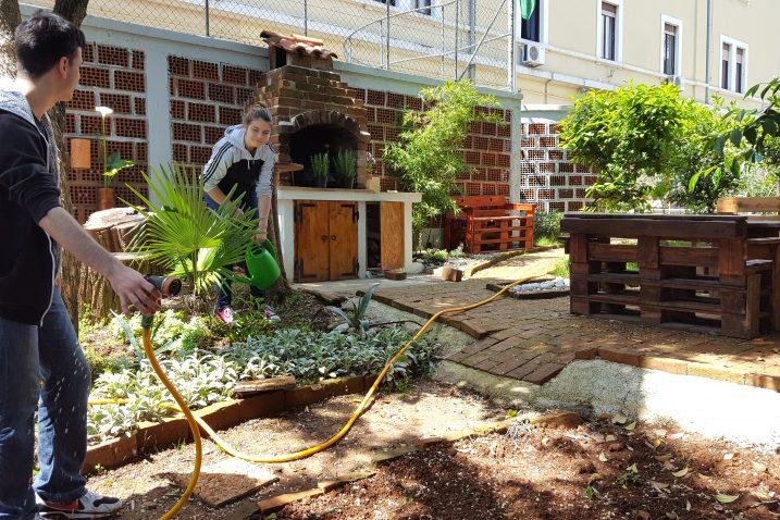 Uređivanje vrta u kojemu se sade biljke iz različitih dijelova Hrvatske
