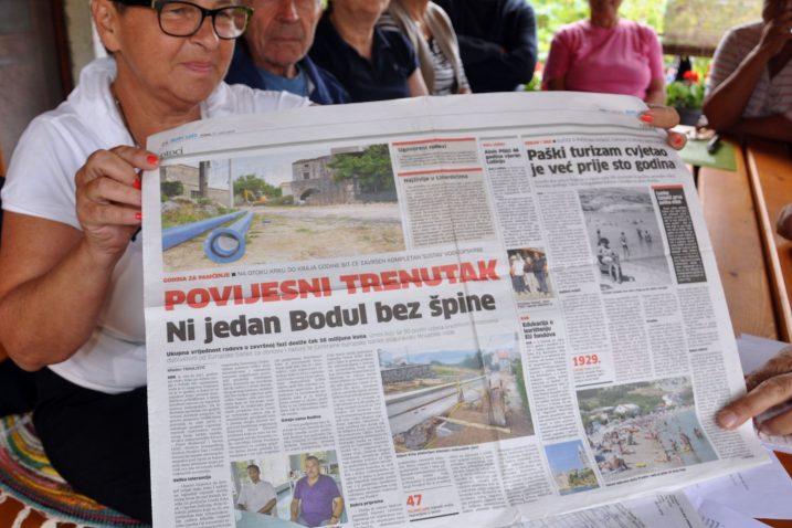 Ljiljana Pepelko sačuvala je članak u kojem komunalci i općinari kažu da je projekt vodoopskrbe Krka zgotovljen / foto M. TRINAJSTIĆ