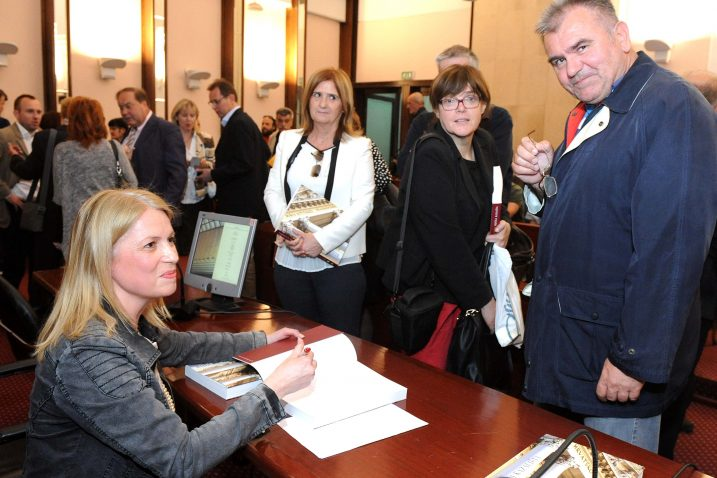 Velika, impresivna knjiga – dr. Nana Palinić potpisala je prve primjerke monografije / Snimio Marko GRACIN