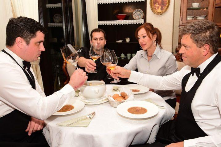 Osim što spremaju delicije za posjetitelje svojih restorana, vrhunski hrvatski kuhari u Villi Ariston svakodenovno hrane i kolege / Foto Marin ANIČIĆ