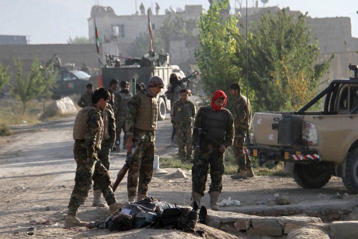 Afganistanska vojska stoji nad tijelom mrtvog talibana / Foto Reuters