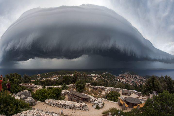 Moćna fotografija takozvanog shelf oblaka, kojom je Sandro Puncet oluju iznad Lošinja pretvorio u umjetnost lijepu oku