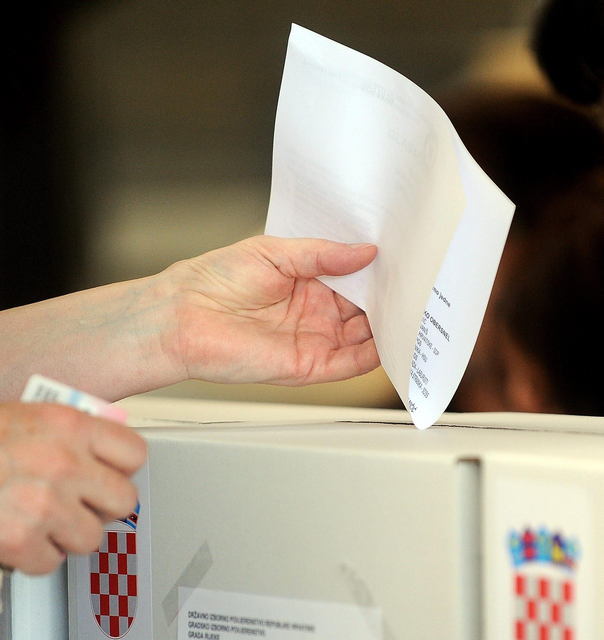 Glasovanje / Snimio Damir ŠKOMRLJ