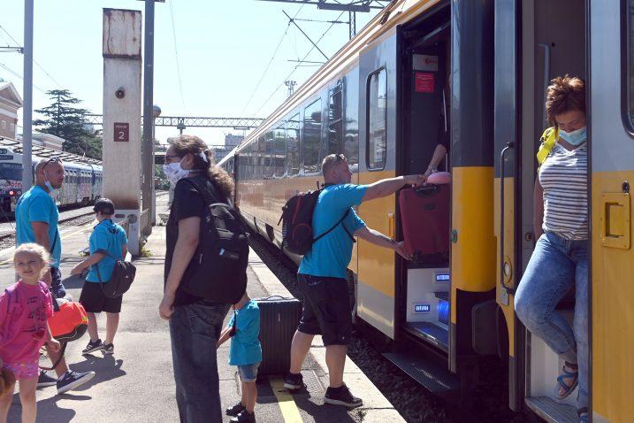Prepoznatljivi žuti vlakovi od 10. srpnja, dolaze iz Praga u Rijeku i redovito su puni / Snimio V. KARUZA