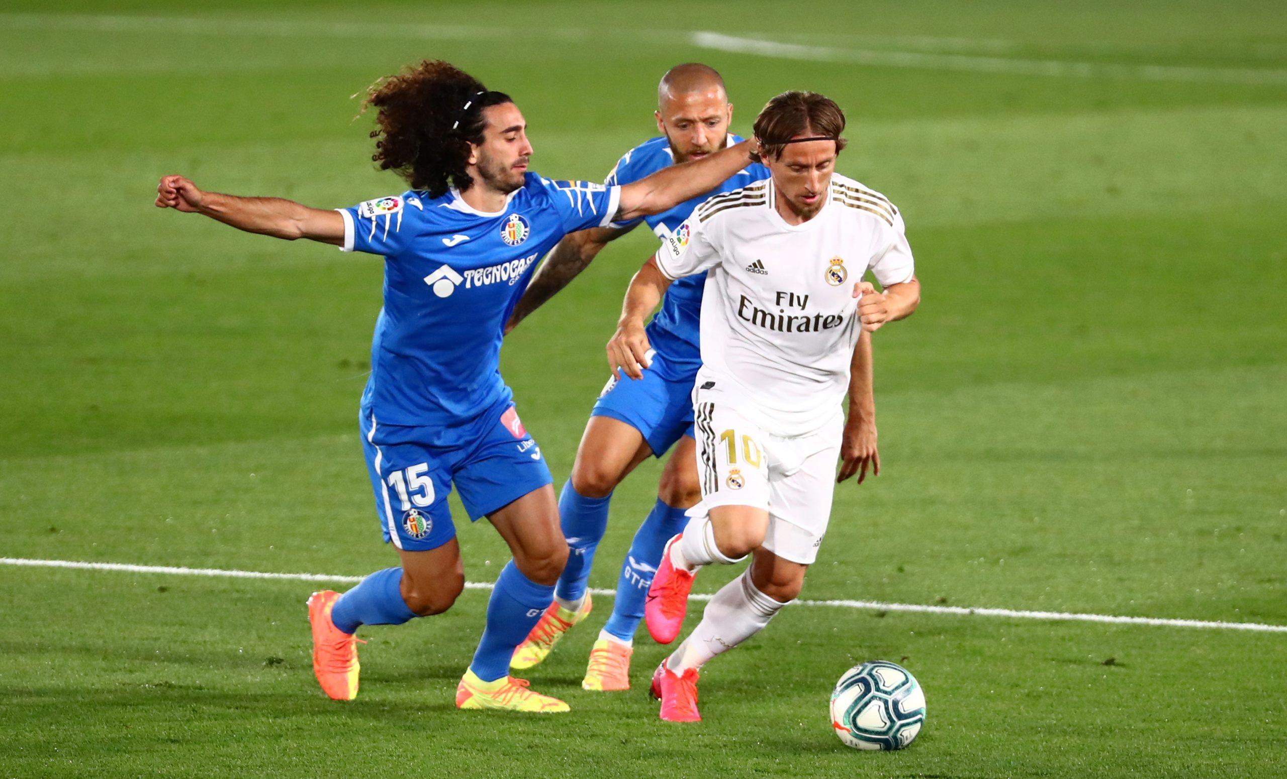 Luka Modrić u duelu s Marcom Cucurellom (Getafe)/Foto REUTERS
