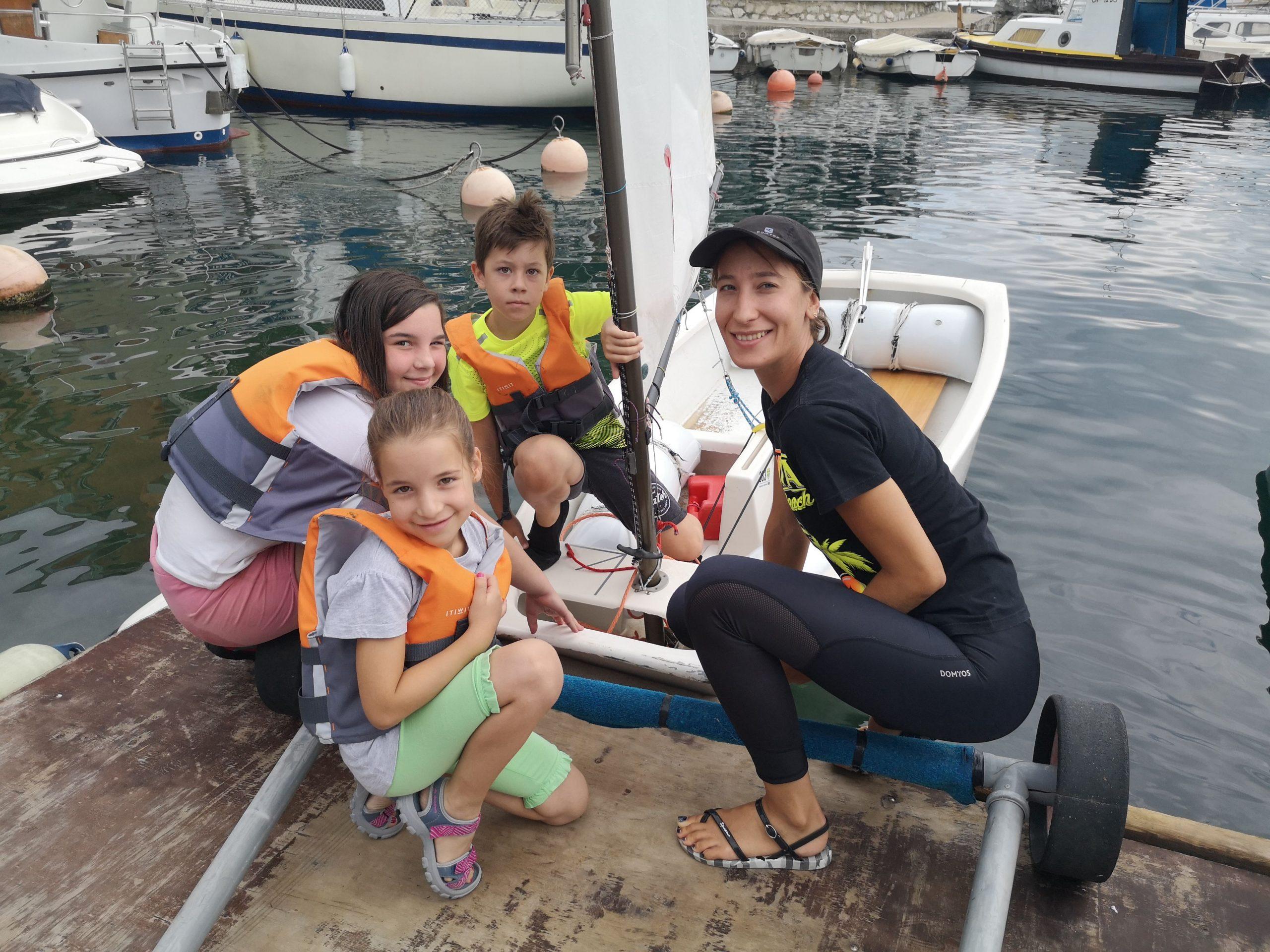 Trenerica Lora Legac s polaznicima škole jedrenja / Foto Ma. KIRIGIN