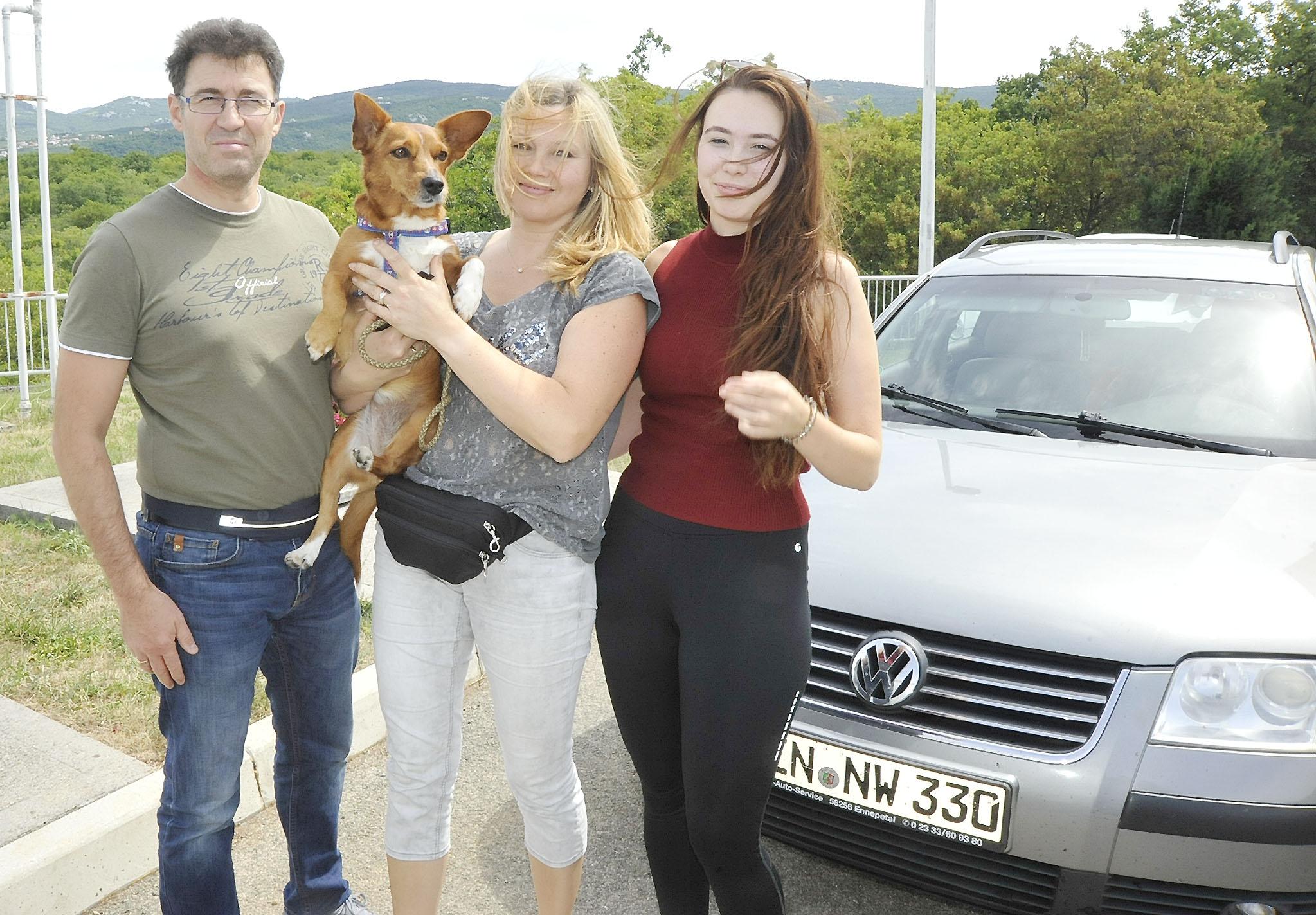 Wladislav, Nelli i Lea Hoffmann dobro su se pripremili za ljetovanje u Baški / Foto S. DRECHSLER