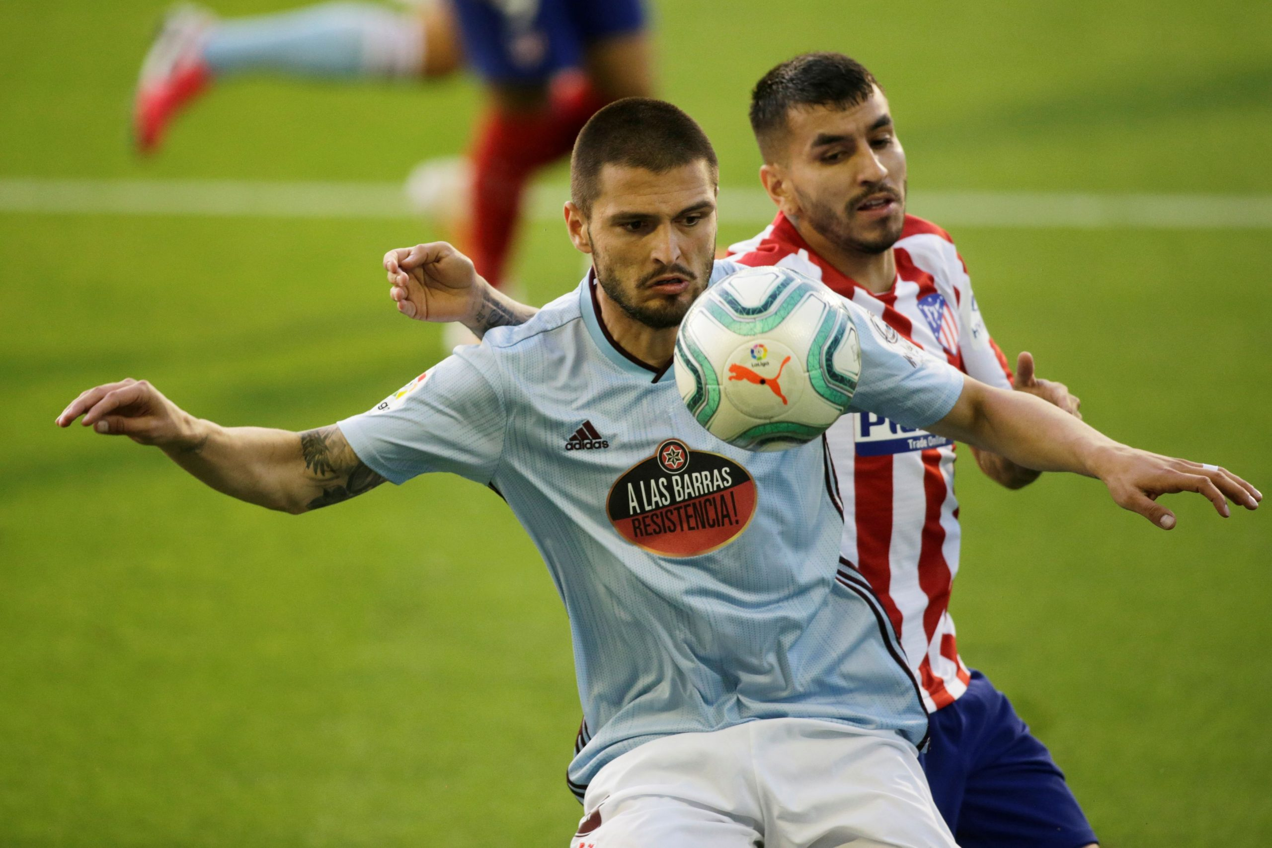 Okay Yokuslu (Celta Vigo) i Angel Correa (Atletico Madrid)/Foto REUTERS