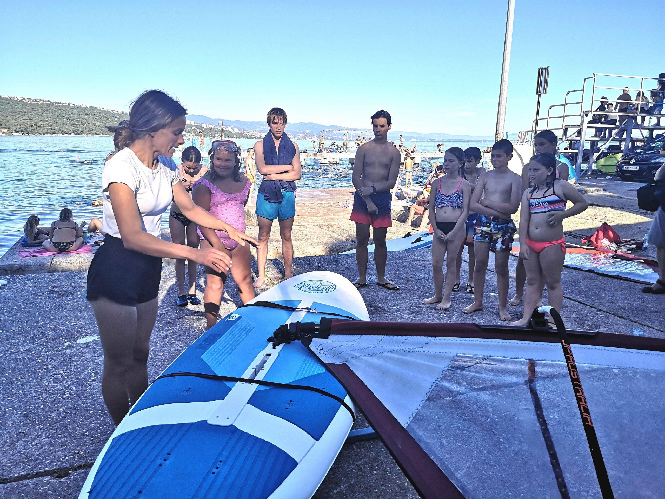 Djeca su s velikim zanimanjem pratila svaki pokret trenerice jedrenja Nike Cuculić / Foto M. KIRIGIN