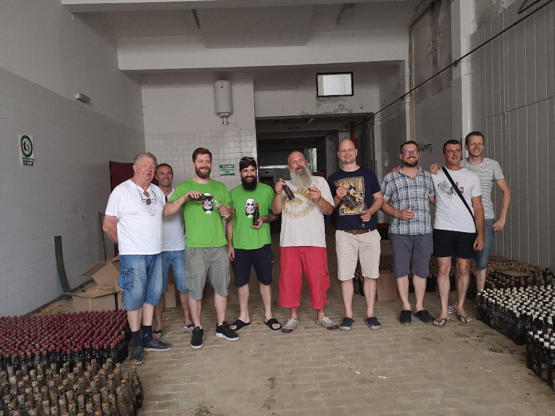 Pivoljupci u društvu 3.000 pivskih boca koje su devet mjeseci odležale u moru u Iki / Foto A. KUĆEL ILIĆ