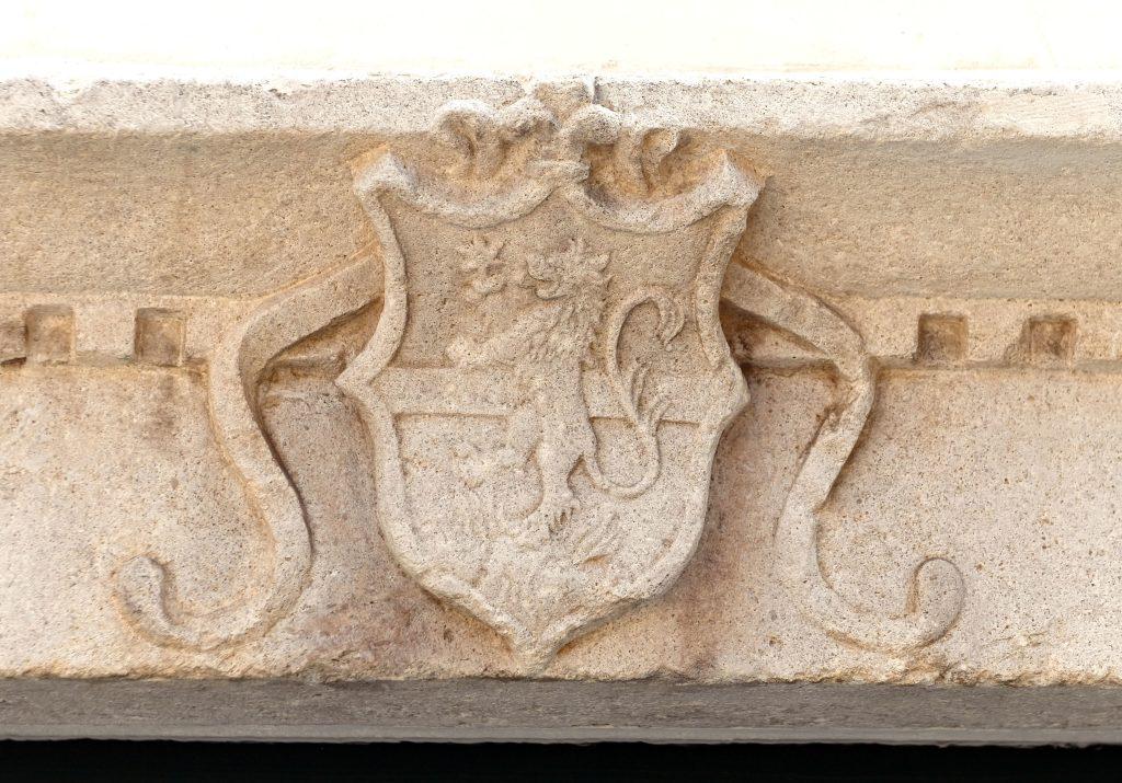 Najočuvaniji grb obitelji Moise, na nadvratniku portala zapadnog pročelja