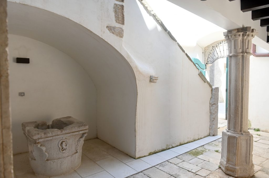 Ispod podesta istočnog stubišta pronađen je obzidani zdenac