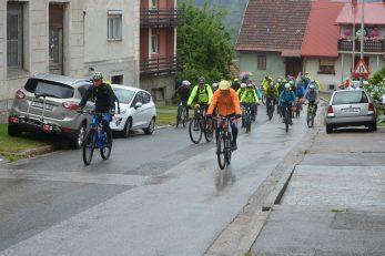 Uz laganu kišicu i »ljetnih« 12 stupnjeva Celzija biciklisti su krenuli na 140 km dugu trodnevnu biciklistilčku turu / Snimio Marinko KRMPOTIĆ