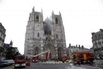 Vatra u katedrali u Nantesu / Reuters