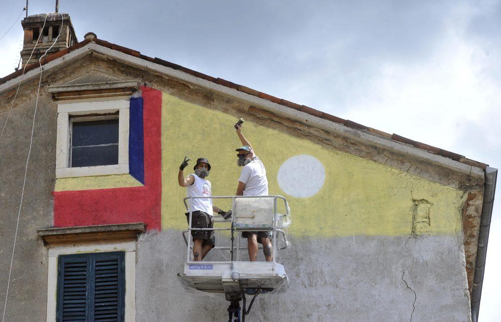 Chez i Sarme oslikavaju fasadu u Vodovodnoj 23 / Snimio Vedran KARUZA